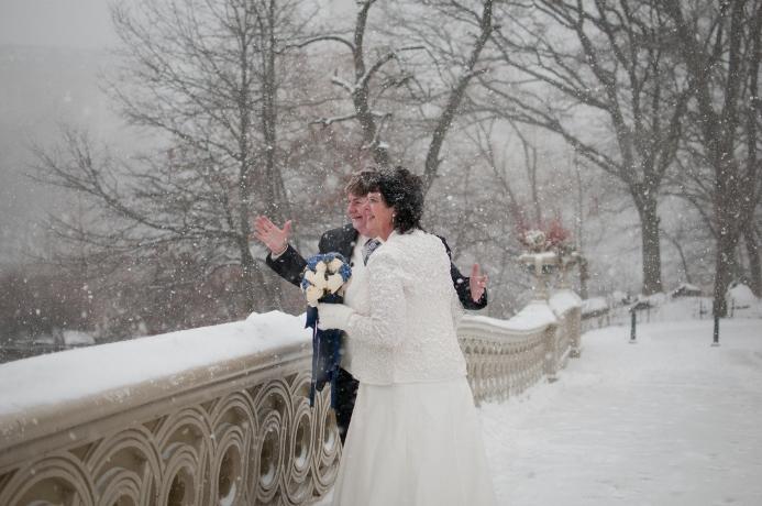 winter-wedding-bow-bridge-central-park-nyc